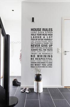 SKRIFTEN PÅ VEGGEN: En wallsticker i sort livner opp i den ellers hvite gangen.
