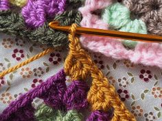 Detailed photo tutorial on how to crochet a granny square for absolute beginners. Crochet Squares, Crochet Granny, Granny Squares, Crochet Chart, Crochet Patterns, Yarn Crafts, Diy Crafts, Granny Square Tutorial, Elephant Baby Blanket
