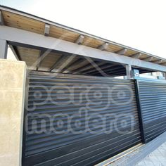 Garaje de madera para cubrir dos vehículos, combinando grises y madera natural. Garage Doors, Outdoor Decor, Home Decor, Garages, Natural Wood, Cover, Homemade Home Decor, Decoration Home, Interior Decorating