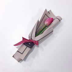 New Flowers Boquette Tulip Ideas Single Flower Bouquet, Felt Flower Bouquet, Tulip Bouquet, Gift Bouquet, Bouquet Wrap, My Flower, How To Wrap Flowers, Small Flowers, Dried Flowers