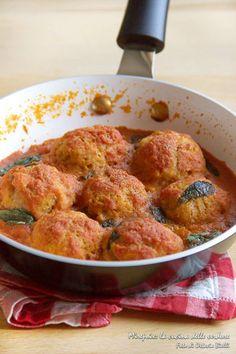 Le polpette di fagioli in umido sono delle deliziose polpette vegane di fagioli Borlotti e pangrattato cotte in un delizioso sugo di pomodoro insaporito e profumato da foglie di basilico fresco.