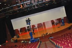 montaje de pantalla de proyección con bambalina detrás Basketball Court, Sports, Projector Screens, Hs Sports, Excercise, Sport, Exercise