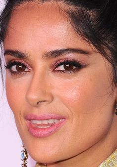 Close-up of Salma Hayek at the 2017 Harper's Bazaar 150 Most Fashionable Women party. Celebrity Makeup Looks, Celebrity Beauty, Priyanka Chopra Lipstick, Salma Hayek Husband, Olive Skin Makeup, Angelina Jolie Makeup, Salma Hayek Pictures, Female Movie Stars, Spanish Woman