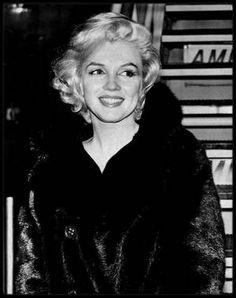 """20 Septembre 1959 / Marilyn rencontra durant quatre heures, Jerry WALD, producteur de son prochain film (""""Let's make love""""), et George CUKOR. Personne ne se formalisa que Marilyn n'ait pas encore lu le scénario du film, d'autant que CUKOR avait demandé à ce qu'on remanie le scénario. Marilyn promit de s'abstenir de jeter un œil au script tant que qu'il ne serait pas définitif. Mais elle avait néanmoins quelques exigences. Si par contrat, elle n'avait pas son mot à dire concernant le choix du…"""