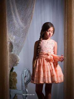 Vestido de niña de voile y encaje. Color naranja