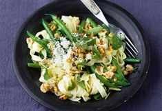 Walnuss-Zitronen-Pasta mit Salat Foto: © Wolfgang Schardt