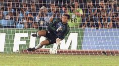 I portieri che hanno segnato la storia con il loro estro  Soprannominato El Anti-Penal (l'Anti-Rigore) il numero 1 dell'albiceleste è passato alla storia per i rigori parati a Donadoni e Serena durante la semifinale d'Italia 90 proprio contro gli azzurri. E' stato l'ultimo portiere prima di Romero a portare l'Argentina in finale. Con la nazionale sudamericana ha vinto due Coppe America nel 1991 e nel 1993. SERGIO GOYCOCHEA  #calcio #football #soccer #player #love #passion #goal #gol #money…