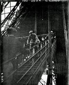 1923 : pyörällä pitkin Eiffel-tornin portaita.
