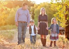 what to wear for family portraits If love this feel with a but more country ish flare Family Pictures What To Wear, Fall Family Pictures, Family Picture Outfits, Family Photos, Family Photo Sessions, Family Posing, Family Portraits, What To Wear Fall, Photo Poses