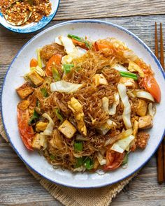 """WoonHeng ❣️🌱 on Instagram: """"Easy and delicious Pad Woon Sen🤤 to start your weekend! It is SOO scrumptious and only takes 30 minutes to make🤩.  Glass noodles or 粉丝…"""" Fried Noodles Recipe, Stir Fry Noodles, Asian Chopped Salad, Gluten Free Noodles, Asian Recipes, Ethnic Recipes, Noodle Recipes, Vegetarian Recipes, Healthy Eating"""
