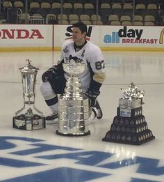Sidney Crosby with the Stanley cup Ice Hockey Players, Nhl Players, Hockey Teams, Hockey Rules, Hockey Puck, Field Hockey, Pittsburgh Sports, Pittsburgh Penguins Hockey, Pittsburgh Pirates