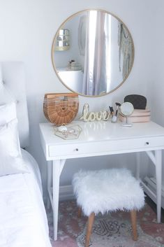 Small bedroom yet amazing makeup vanity! #smallbedroom #makeupvanity #tocadordemaquillaje #tocador #vanity