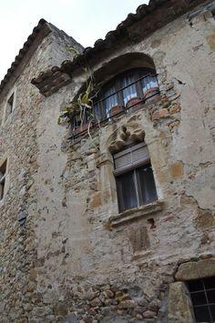 Detall d'una antiga finestra a Pals, al Baix Empordà. Costa Brava (Catalonia)
