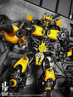 Robo feito de reciclagem de metal.