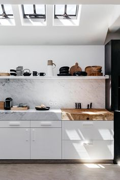 "5 NEW Kitchen ""Trends"" We're Seeing and Loving (and Some We're Doing Right Now) - Emily Henderson Black Kitchens, Cool Kitchens, Kitchen Black, Luxury Kitchens, Kitchen Backsplash, Kitchen Countertops, Backsplash Ideas, Marble Countertops, Kitchen Cabinets"