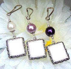 A wedding bouquet photo charm to keep your loved one close on your special day.    This lovely memorial photo charm features a  purple or white shell pearl, and a little picture frame.  Just add your photo and clip it onto a wedding bouquet, ribbon, wreath, or anywhere. (The frame has slots in the corners, to hold your picture in place.)    This listing is for one shell pearl charm, with a clear plastic cover to protect your photo.  Contact me if you would like more or a custom order.   If…