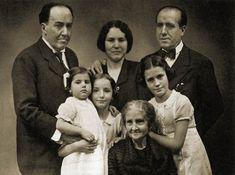 A la izquierda de esta foto se sitúa Antonio Machado, su hermano José a la derecha y la mujer de éste, las tres hijas de ambos y la madre de los Machado, Ana Ruiz. A continuación vamos a hacer una breve descripción de su madre: -Ana Ruiz: madre de Antonio Machado, Manuel y otros 3. Y esta muere el 25 de febrero de 1939.