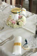 Ringi z pastelowych kwiatów z lampionami z motywem złota