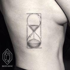Tatouage minimaliste de sablier dans 17 superbes exemples de tatouage minimaliste à base de traits et de points