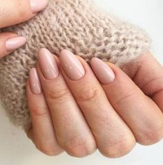False nails have the advantage of offering a manicure worthy of the most advanced backstage and to hold longer than a simple nail polish. The problem is how to remove them without damaging your nails. Neutral Nails, Nude Nails, Pink Nails, Matte Nails, Beige Nails, Coffin Nails, Round Nails, Oval Nails, Oval Shaped Nails