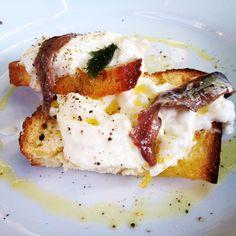 Bruschetta con stracciatella e acciughe - Erba Brusca Milano - Lov-Eat Blog www.lov-Eat.blogspot.com