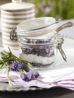Ein Hauch Frankreich kommt mit dem selbstgemachten Lavendelzucker auf den sommerlichen Tisch.