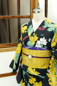 黒の地に蘭のような洋花模様が優美に浮かび上がるモダン浴衣です。 #kimono
