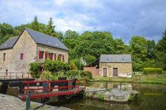 Bretania recuperează pentru turism vechile case ale ecluzelor | evisionturism Crt Bretagne, Canal Du Midi, Brest, Caribbean, Cabin, America, Hotels, House Styles, Places