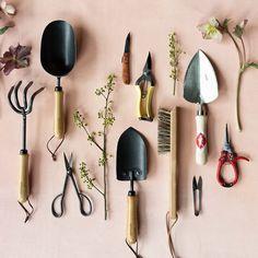 These stylish gardening tools are inspiring me to work on my veggie garden & flower beds this spring! Get the full source list: Couple Hijab, Cedar Planter Box, Raised Planter, Planter Boxes, Garden Tool Storage, Diy Kit, Vegetable Garden Design, Diy Holz, Garden Trowel