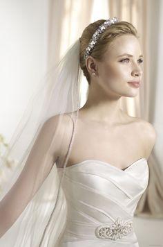 FAROL   Bridal Gowns   2013 Collection   Avenue Diagonal (close up)