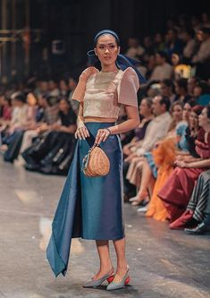 While grandiose Swarovski embellishments, intricate beadwork and feather detailing on various dresses often leave people astounded, JC Buendia opted to take the opposite direction in designing his pieces for TernoCon it was magnificent. Maria Clara Dress Philippines, Philippines Dress, Modern Filipiniana Gown, Filipiniana Wedding Theme, Filipino Fashion, Philippine Fashion, Asian Fashion, Cocktail Dress Classy Evening, Mahal Kita