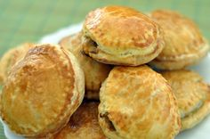 Pateuri cu ciuperci Hamburger, Biscuits, Food And Drink, Bread, Vegan, Beauty, Crack Crackers, Cookies, Brot