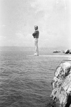 (Premium Pricing - DOUBLE RATES APPLY) 33rd Cannes Film Festival 1980: Kirk Douglas President Of The Jury. En France, en mai 1980, l'acteur de Kirk DOUGLAS, président du jury, de la trente-troisième édition du Festival de Canne posant devant la mer, debout sur un plongeoir de l' Hotel où il séjourne : l'Eden ROC du cap d'Antibes. (Photo by Jean-Claude Deutsch/Paris Match via Getty Images)
