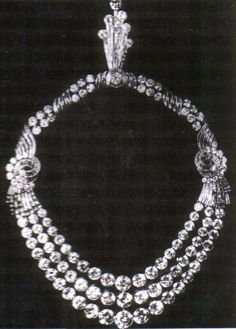 Egypt's Queen Farida's Diamond Wedding Necklace - 1937 - by Boucheron - wedding gift from new husband King Farouk - 346 cttw - with tri-strand colette set front section that can be alternated with another front section Royal Tiaras, Royal Jewels, Crown Jewels, Bling Bling, Antique Jewelry, Vintage Jewelry, Looks Style, Gemstone Necklace, Wedding Jewelry