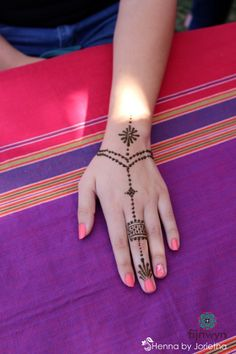small simple henna - wrist to finger - chain - delicate - fijnwyn food and wine festival at shokran