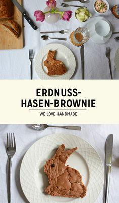 Hop! Dieser Erdnuss-Brownie-Hasen hoppelt beim nächsten Osterbrunch auf euren Teller. Das Rezept findet ihr bei uns am Blog! #Ostern #Rezept #Brownie #Osterhase Teller, Diys, Blog, Easter Bunny, Easter Activities, Bricolage, Do It Yourself, Blogging, Diy
