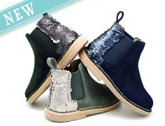 Tienda online de calzado infantil Okaaspain. Diseño y Calidad al mejor precio fabricado en España. Botín en piel serraje y talonera con lentejuelas con elástico.