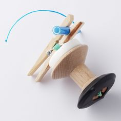Drawing Machine wind-up toy by All Lovely Stuff made from a cotton reel and felt tip pen. Diy Wind Up Toys, Diy Toys, Drawing Machine, Dyi, Simple Machines, Thinking Day, Mark Making, Art Lessons, Gifts For Kids