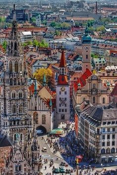 Munich (Germany) is splashed by colours, especially in #summer. What a better plan than a walk among its curious buildings and beer in one of its Biergartens afterwards?