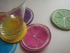 Que tal dar um toque divertido à mesa com este conjunto de descanso de copos em forma de limão?