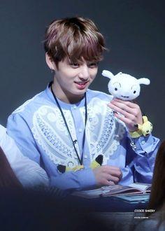 Jungkook (BTS) trong chiếc áo sơ mi mới này khiến fan tan chảy trong hình ảnh đáng yêu của anh ấy. – Tin Tức Nhanh Kpop – Trang Kpop Uy Tín Nhất Việt Nam