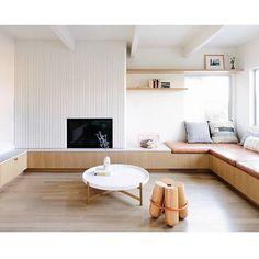 L-vormige woonkamer met Scandinavische eethoek en mintgroene keuken
