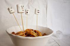 Marshmallow Geister / ghosts - easy halloween decoration (little ghost in the background free download via Mr. Printables)