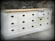 Lyon Kjøpmannsdisk fra Classic LIving. Kommode, skjenk, i hvit og drivved