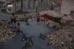 Niños sirios nadan en el cráter dejado por una bomba en Alepo   Internacional…