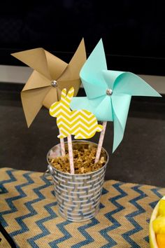 Easter Decorations Pinwheels. An easy craft idea to decorate your Easter dinner table.