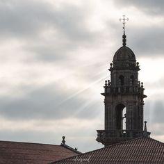 Luz que atraviesa  estas pesadas nubes vestidas de gris  . Llegamos al Ecuador de la semana ya me tarda el viernes para poder desconectar!  Qué hacéis en vuestro tiempo libre? . Espero que hayáis tenido un feliz día!
