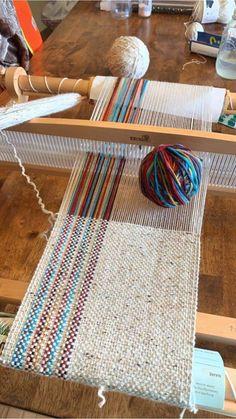 Weaving Loom Diy, Weaving Art, Tapestry Weaving, Hand Weaving, Loom Weaving Projects, Macrame Projects, Weaving Textiles, Weaving Patterns, Macrame Patterns