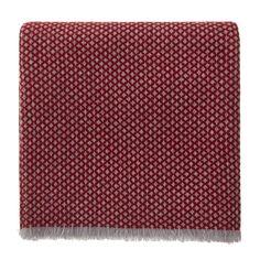 Für uns wird in der Inneren Mongolei reiner, hochwertiger Kaschmir zu unserer ungemein leichten Decke Alashan verwoben, die besonders weich und anschmiegsam ist. Das edle Diamantmuster mit den kurzen Fransen an den Längsseiten verleiht der Decke eine stilvolle Optik, die in jedem Zuhause glänzt. Kombiniert mit einem passenden Kissen aus der Kollektion Alashan ist der Wohlfühlfaktor garantiert.