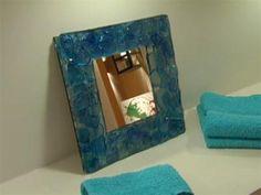 Marco para baño: Moderno diseño con resina y botellas descartables.
